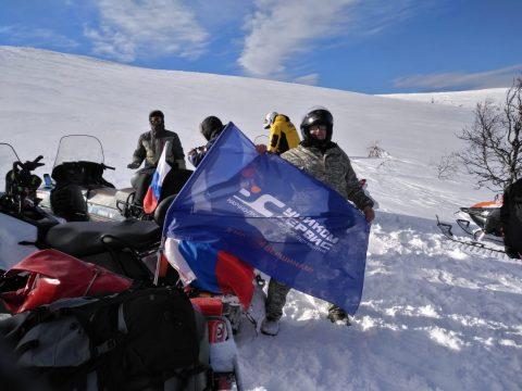 Флаг Уником-Сервис пронесли в экспедиции на Маньпупунёр и перевал Дятлова
